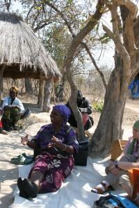 Krankenschwester in Sambia betet vor der Medikamentenausgabe für HIV/AIDS-Infizierte